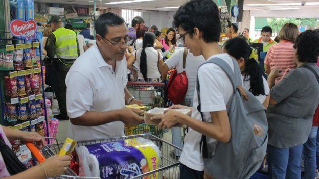 Compradores venezolanos en Cúcuta.