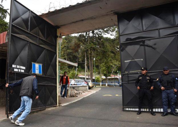 Un hombre cierra el portón del Hogar Seguro Virgen de la Asunción de Guatemala.