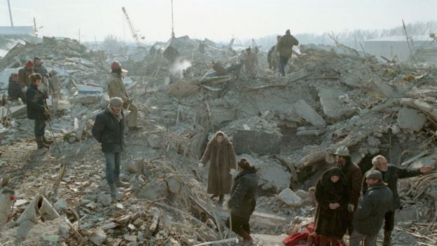 Sobrevivientes del terremoto en Armenia en 1988 entre casas destruidas