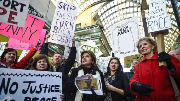 Gloria Allred gathers with protesters outside of a Bill Cosby show on 17 January 2015 in Denver, Colorado