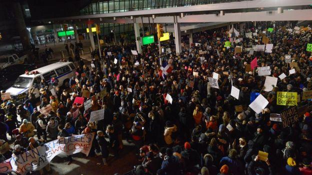 Protesta en el aeropuerto internacional John F. Kennedy contra la orden ejecutiva sobre inmigración de Donald Trump.
