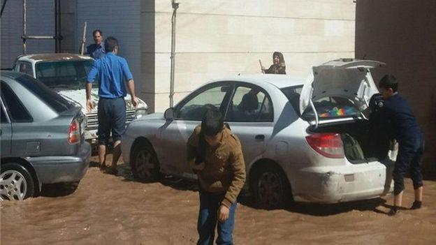 در بعضی شهرهای کرمان به مردم گفته شده سریع از مسیر سیلاب دور شوند