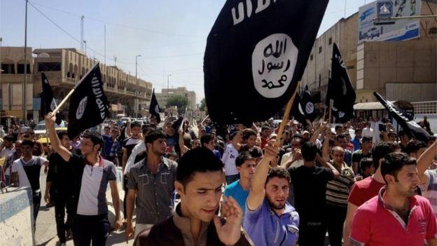 Simpatizantes de EI en Mosul en 2014