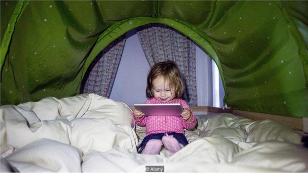 Menina brincando com tablet