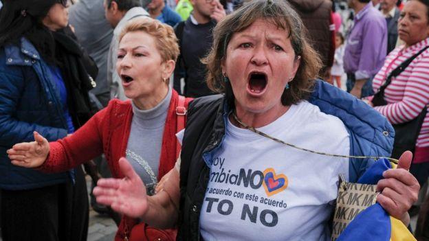 Dos mujeres en contra de los acuerdos de paz en Colombia.