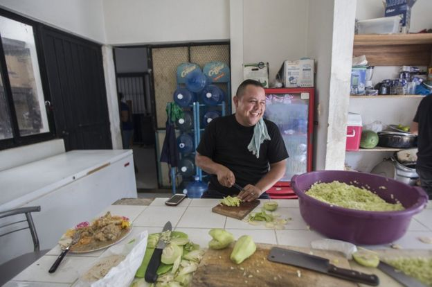 墨西哥警察凖備食物