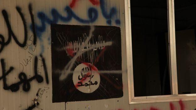 Numerosas paredes están pintadas con grafitis.