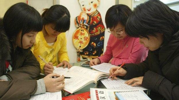 Grupo de jóvenes surcoreanas estudiando chino.