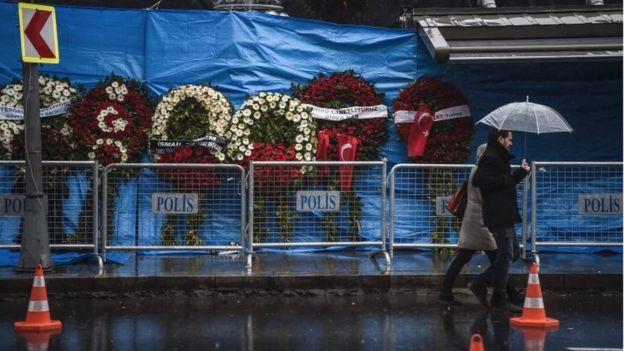 Coronas de flores afuera del club Reina de Estambul eran extranjeros.