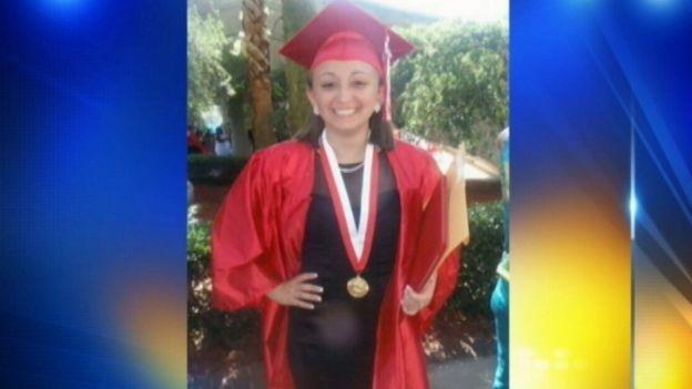 Shelby Farah sonriente, vestida de graduación.