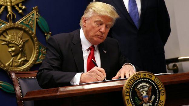 Donald Trump ao assinar o veto, na sexta-feira