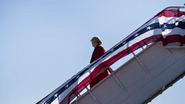 Clinton baja del avión en Pittsburgh, Pensilvania.