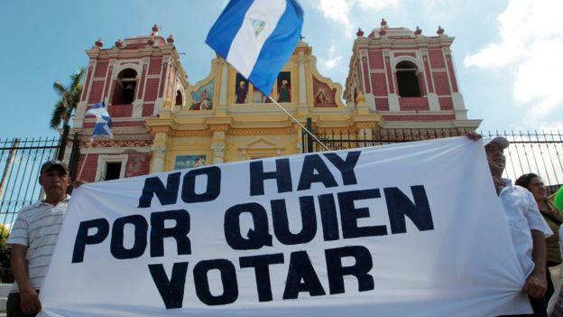 Un grupo de nicaragüenses con una pancarta que lee