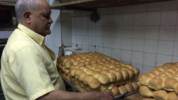 Fredy López con pan piñita