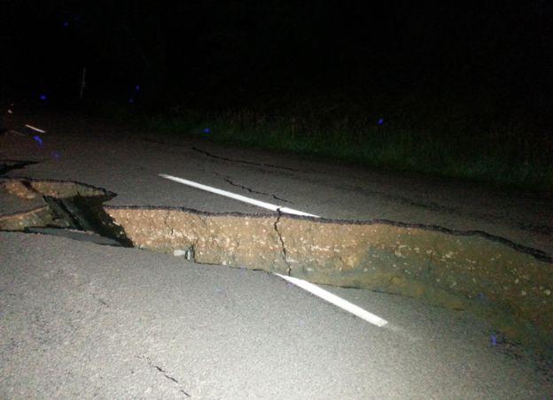 Una grieta en una carretera de Nueva Zelanda tras el terremoto.