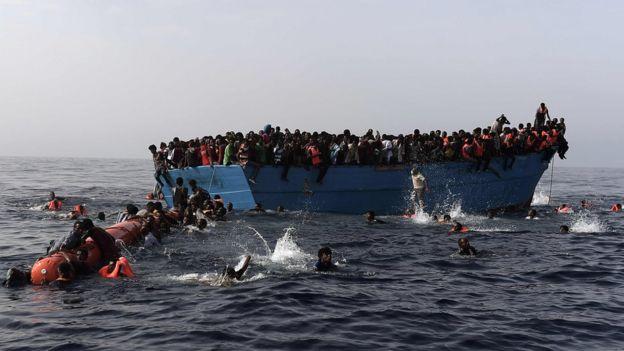 Los inmigrantes esperan ser rescatados por el equipo de Proactiva Open Armas en el Mediterráneo