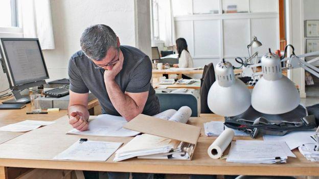 Una persona trabajando sobre un escritorio