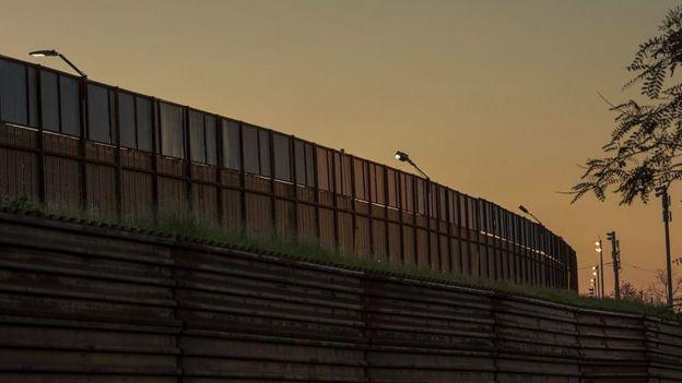 Muro en la frontera entre México y Estados Unidos.