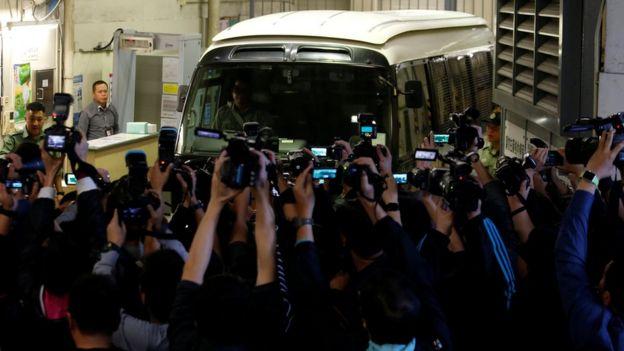 媒体拍摄曾荫权的囚车