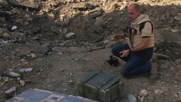 James Bevan junto a una caja de municiones.