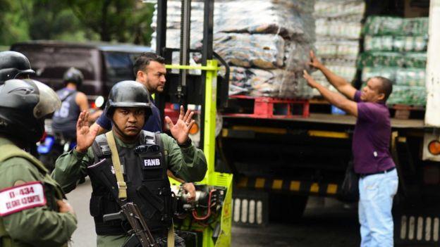 Efectivos de la Guardia Nacional custodian un camión de alimentos