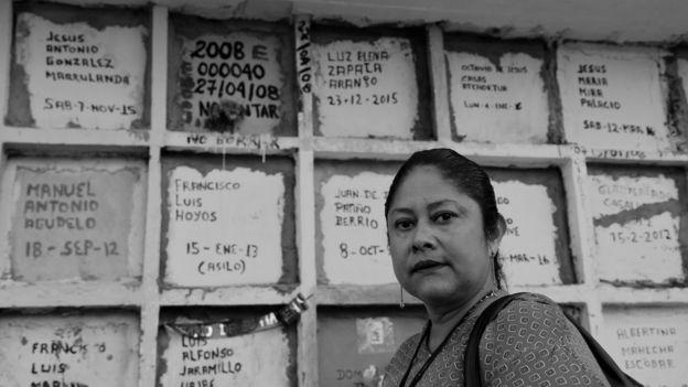 Dalgy Elena Delgado frente a las bóvedas.