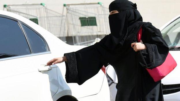 Bir Suudi kadın taksiye binerken