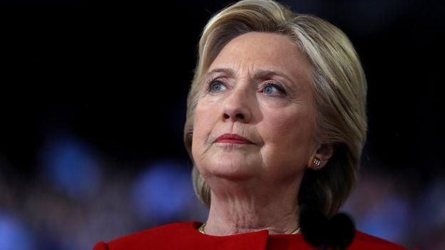 Hillary Clinton mirando al horizonte.