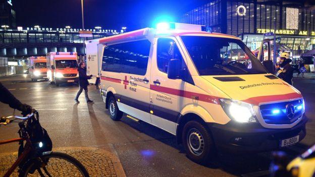 德國紅十字會救護車抵達現場救護傷員。
