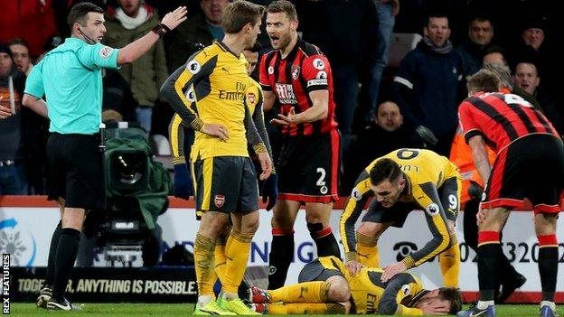 Bournemouth ilianza kuyumba baada ya nahodha wake Simon Francis kulimwa kadi nyekundu
