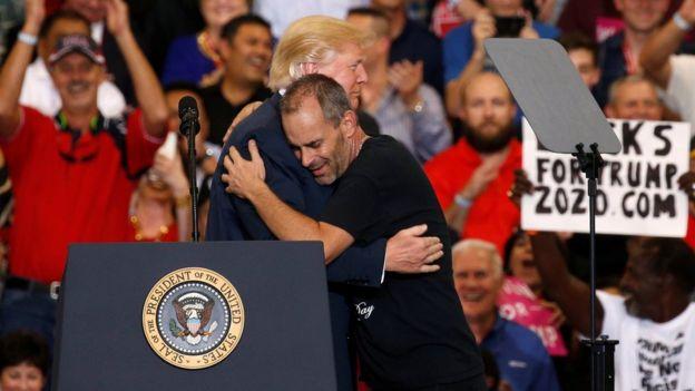 El presidente invitó a uno de los asistentes a subir al escenario.