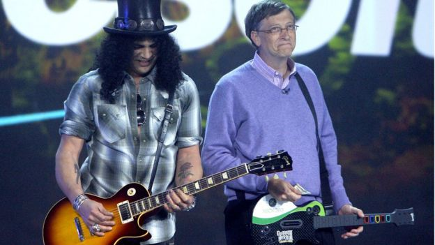 Bill Gates tocando una guitarra de juguete al lado del guitarrista de Guns and Roses Slash
