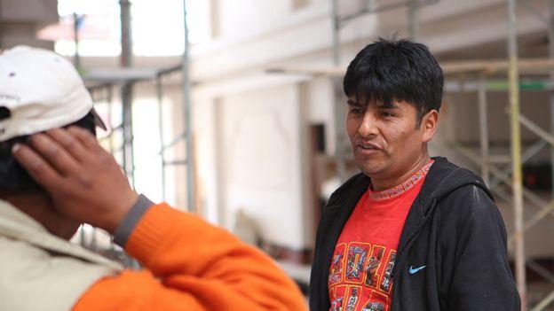 Freddy Mamani parla ad un lavoratore a El Alto