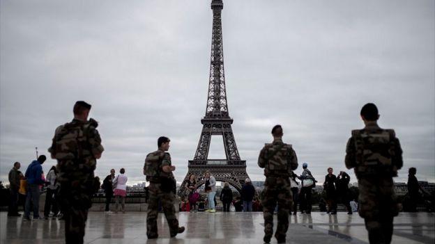 Soldados vigilan la Torre Eiffel.