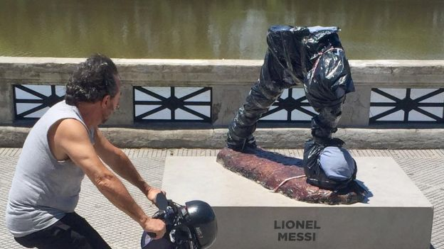 La estatua llevaba menos de un año exhibida en el Paseo de la Gloria en Buenos Aires.
