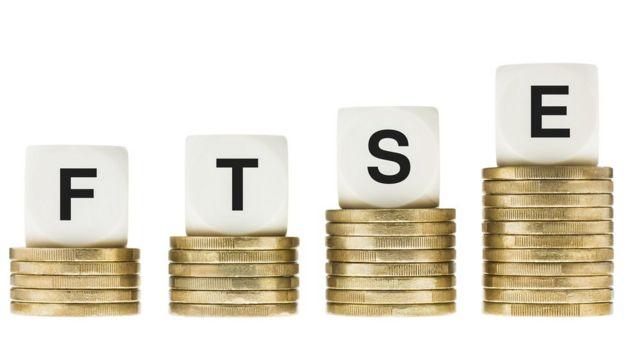 Monedas con cubos que juntos forman la palabra FTSE, índice de la bolsa de Londres.