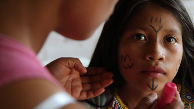 Também é tradição Embere a pintura típica no rosto de meninas e mulheres, que vão mudando na medida em que elas crescem, se casam ou ficam viúvas (Foto: NATALIO COSOY/ BBC MUNDO)