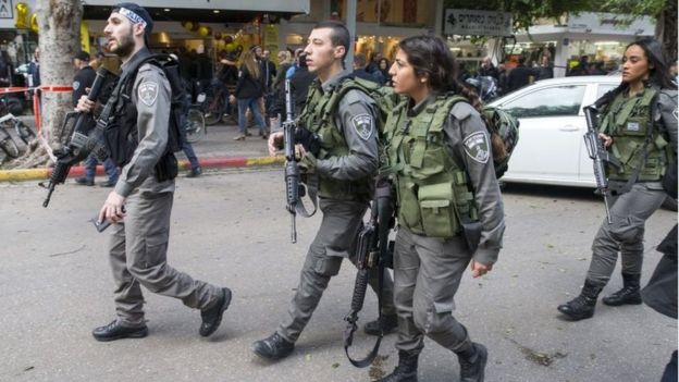 Members of the Israeli security forces search the area following an attack by an unidentified gunman in Tel Aviv (1 January 2016)