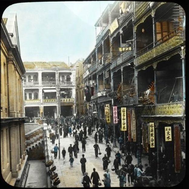 由德輔道中與鐵行裏之間上望租庇利街,左為中環街市,正中為皇后大道中,人壽堂右端為吉士笠街(紅毛嬌街)。