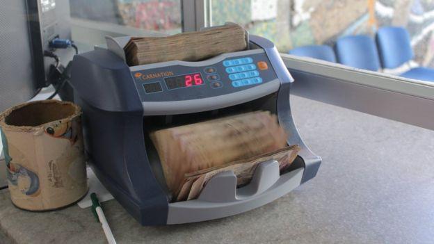 Máquina cuenta billetes de bolívares