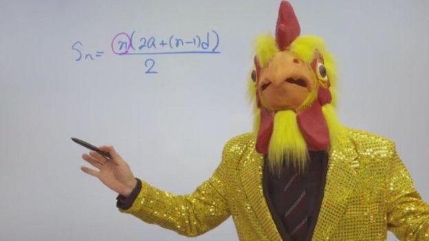 Cha Kil-young, ou Mr. Cha, não poupa estratégias para suas aulas de matemática online, usando até fantasias