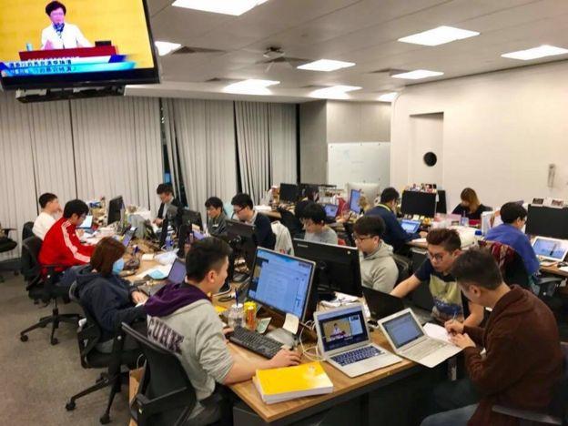 香港01出动约20人作特首论坛即时事实核查报道。