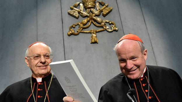 Cardenal Christoph Schonborn con una copia de la Amoris laetitia en la mano.