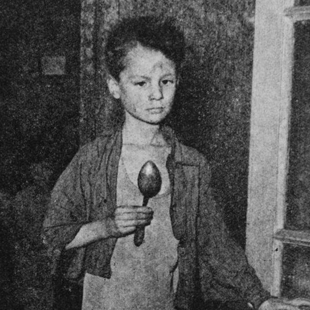 Un niño holandés en plena hambruna, en 1944.