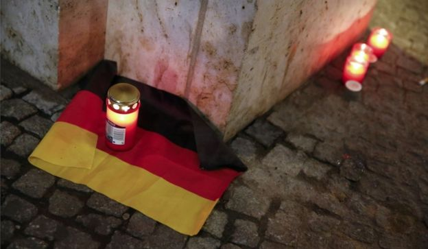 柏林聖誕市集一個角落放置的蠟燭和德國國旗
