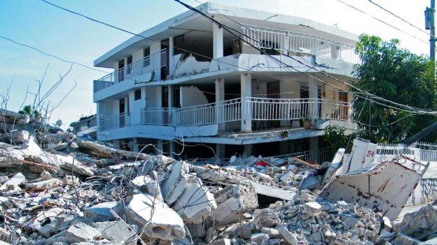 После стихийных бедствий люди часто помогают незнакомцам