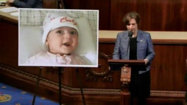La representante Suzanne Bonamici planteó el caso de la beba iraní en el Congreso de los Estados Unidos, el 3 de febrero