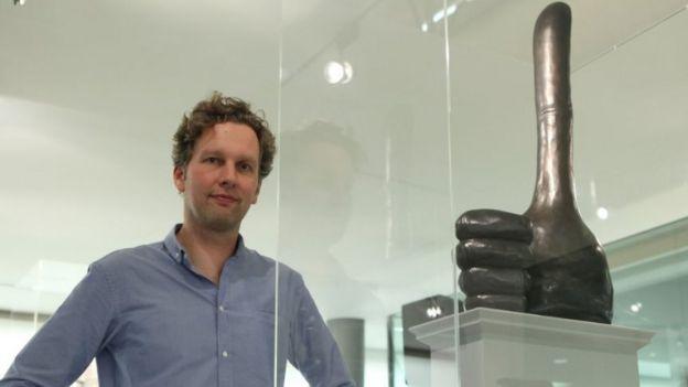 Дэвид Шригли рядом со своей работой