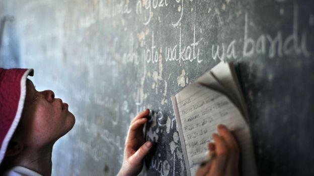 Por causa da visão precária, crianças com albinismo têm dificuldade para acompanhar as aulas