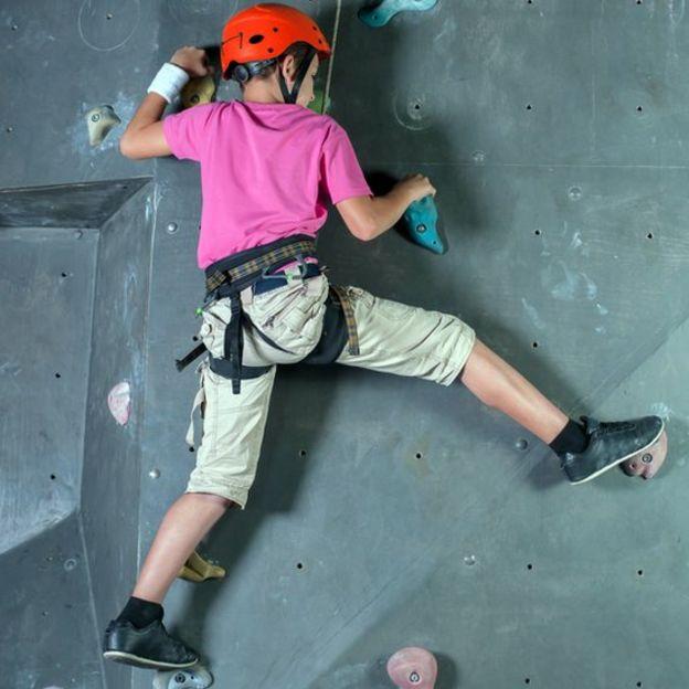 Niño escalando.